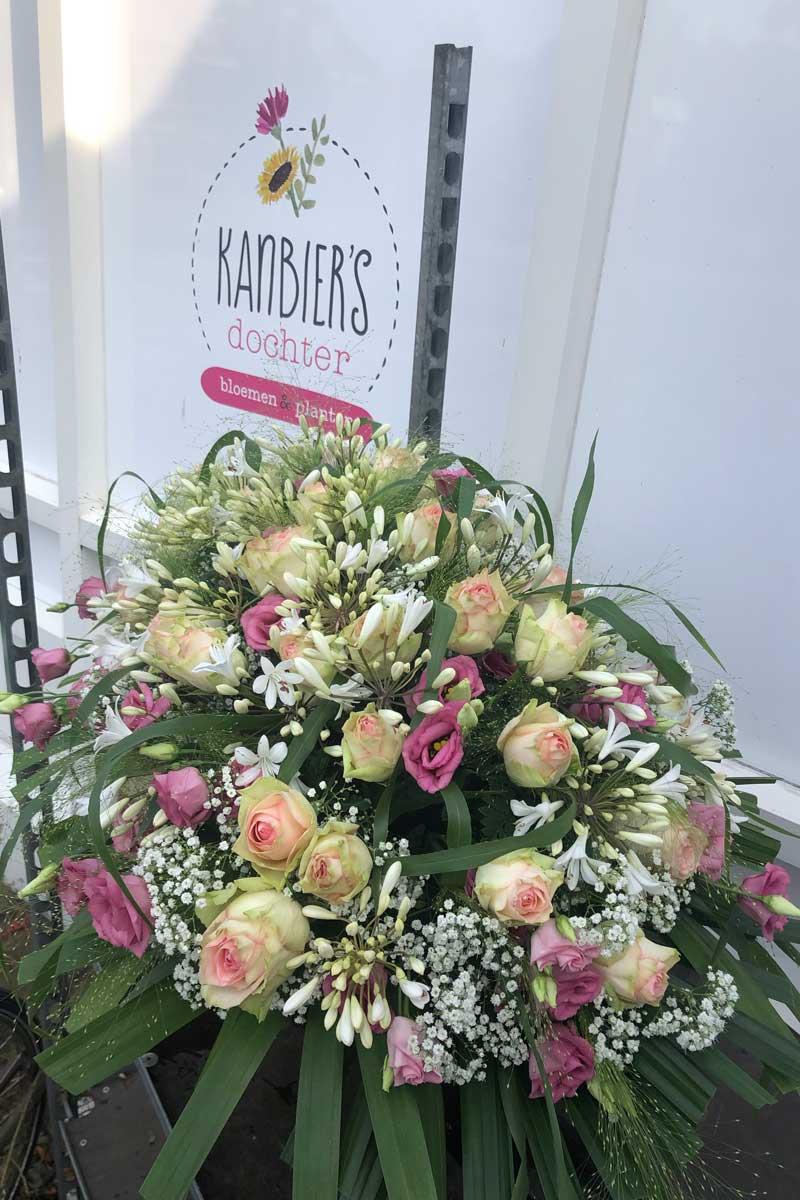 Afscheidsbloemen, rouwstuk, bloemstuk, rouwboeket en grafstuk Uitvaart bloemist Leiden - Kanbier's Dochter